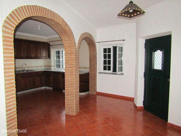 Moradia V3 situada em Cuba com lareira, varandas e vidros...