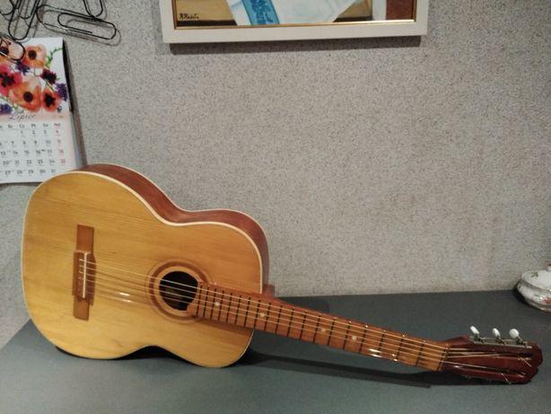 Piękna, głośna, ukraińska gitara akustyczna. Świetne brzmienie !!