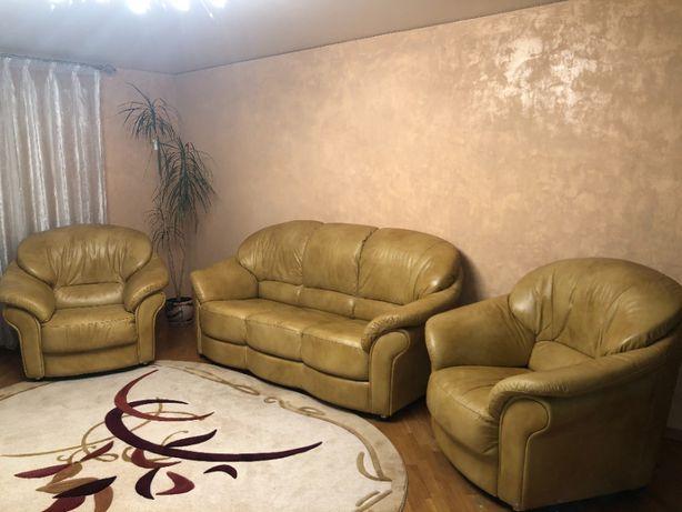 Продам шкірянний розкладний диван + два крісла