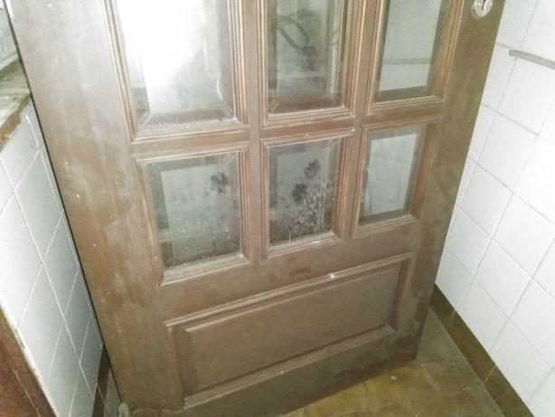 Portas madeira maciça em madeira e vidro, em bom estado, usadas