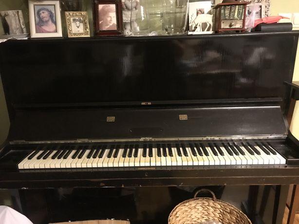 Pianino w czarnym kolorze