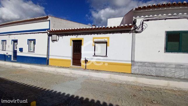 Casa Térrea situada em Baleizão, com quintal, necessita de obras de re
