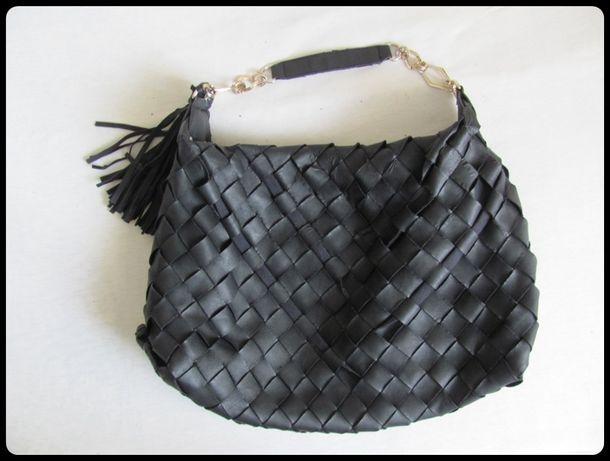 Czarna torba damska mieszcząca A4