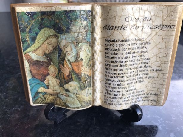 Livro em porcelana com a oração à Sagrada Família de Nazaré