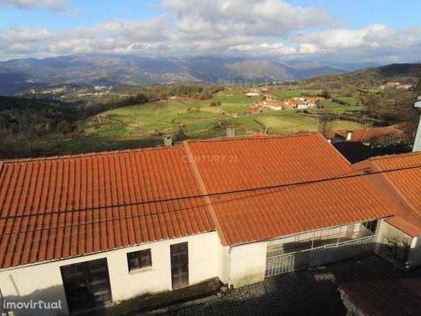 3 Moradias para restauro e 15 Artigos na zona do Gerês 22.000m2 Terren