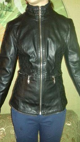 Гарна курточка із шкірозамінника
