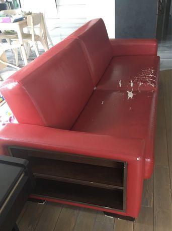 Rozkladana kanapa z wentylowanym pudlem, narzutą i boczną półką