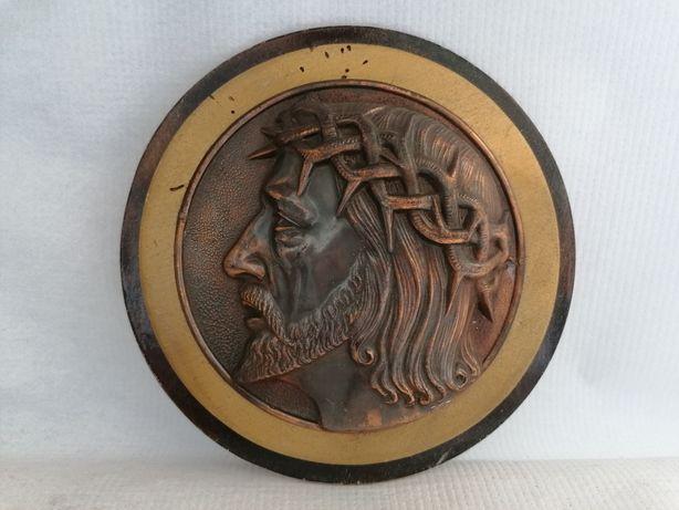 Ciekawy metalowy obrazek na drzewie Jezus