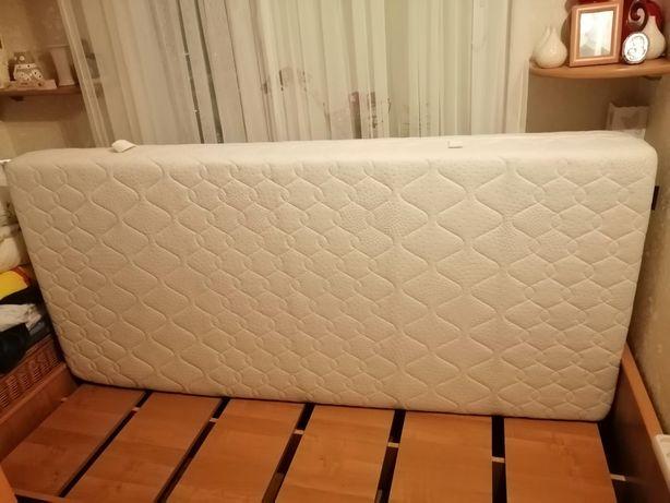 Łóżko drewniane i materac.