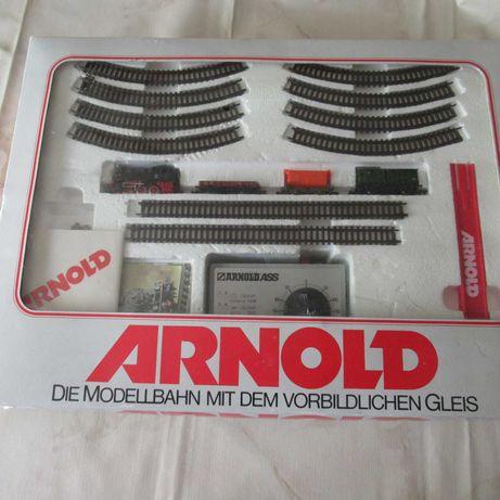 Locomotiva 3 wagons, linhas e Trafo .esc:N  Arnold em caixa