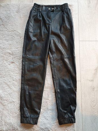 Bershka czarne spodnie ze sztucznej skóry idealne na jesień