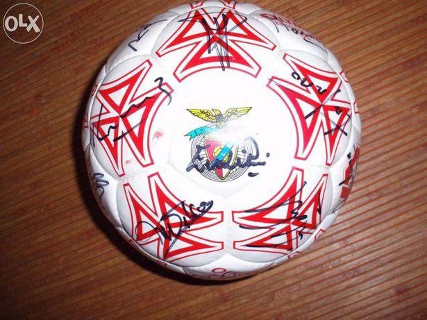 Bola oficial assinada por eusebio e equipa do benfica 94/95