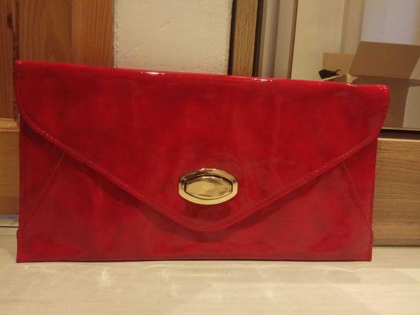 Czerwona lakierowana kopertówka złote okucie