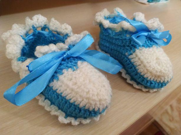 В'язані пінєтки біло-голубі для немовляти.  Ідеально для фотосесії.