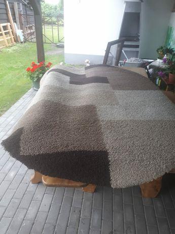 Piękny dywan z dłuższym włosiem o wymiarach 270×180.
