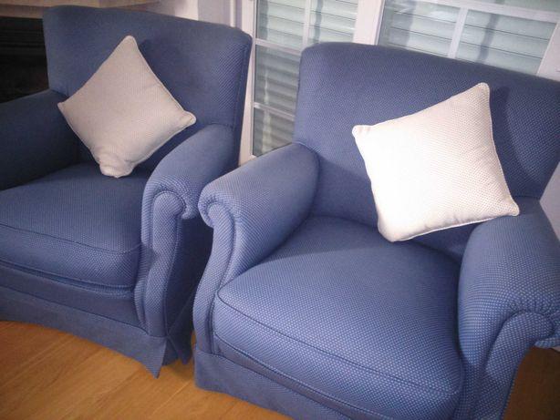 2 sofás individuais azuis com almofada. Preço é por cada sofá.