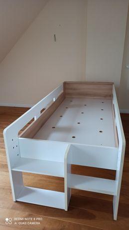 Drewniane łóżko.