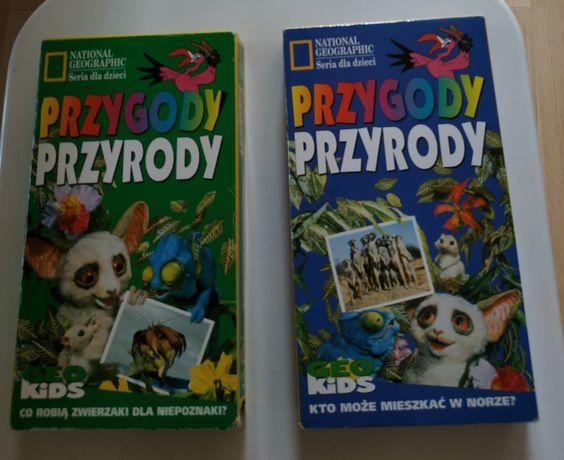 Kasety VHS widoczne na zdjęciach.