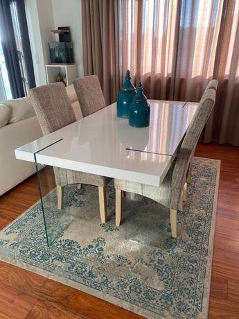 Mesa de jantar com pes de vidro