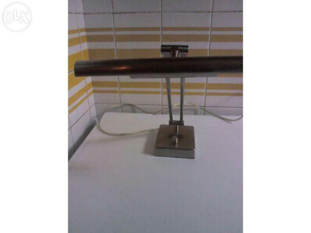 Candeeiro de secretária com regulador de luz em inox