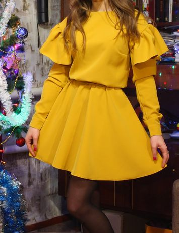 Очень красивое горчичное платье с пояском