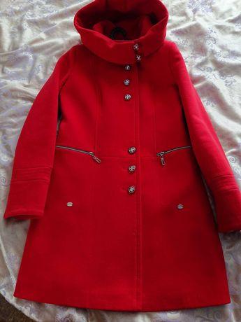 Продам красное пальто