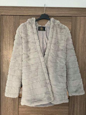 Szary krótki płaszcz ze sztucznego futra.