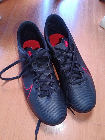 Chuteiras Nike pretas e vermelhas