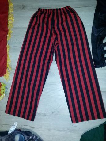 strój przebranie spodnie pirackie czerwono czarne pasy