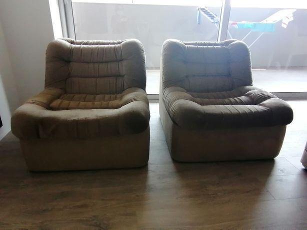 Dois sofás muito confortáveis, tecido de    veludo.