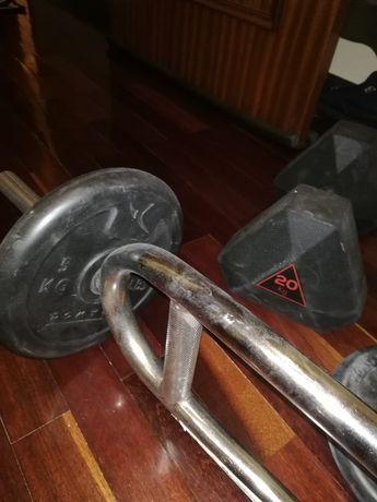 Halteres e barra de musculação