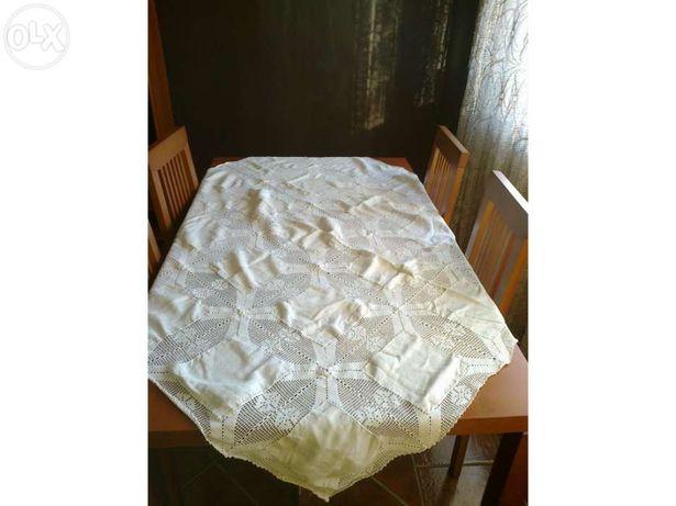 Toalha de mesa de renda e linho feita a mão (vendo ou troco)