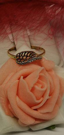 złoty pierścionek skrzydełko z cyrkoniami