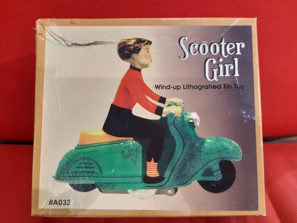 Brinquedo vintage em chapa Scooter Girl nunca brincado