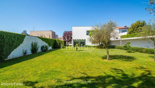 Venda de moradia moderna com amplo jardim, Paredes
