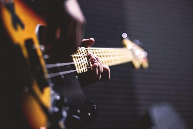 В группу нужен басист