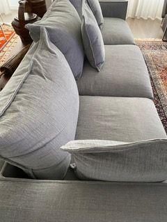 Enorme sofá em tecido cinzento