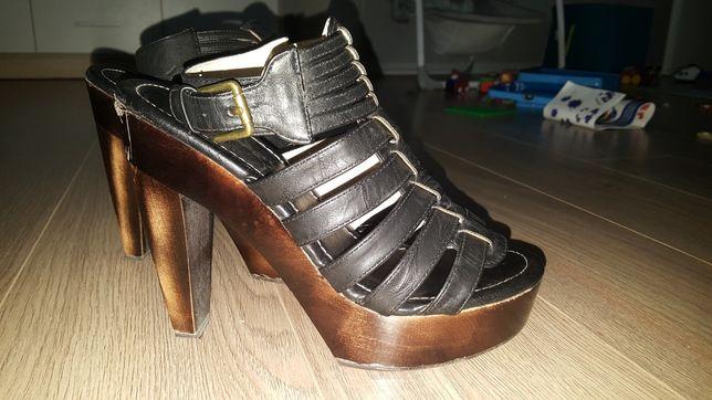 Wysokie sandały na słupku