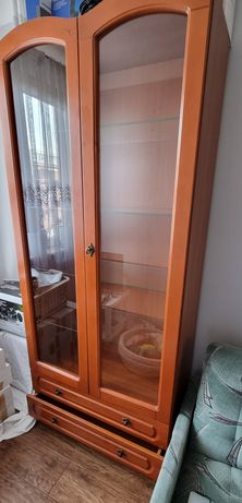 Witryna ze szklanymi półkami