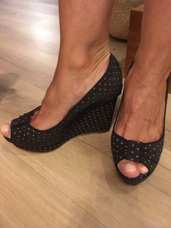 Sapatos altos em cunha 39