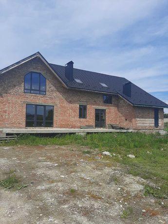 Продам будинок із мансардним дахом, терасою, котельнею та гаражем.