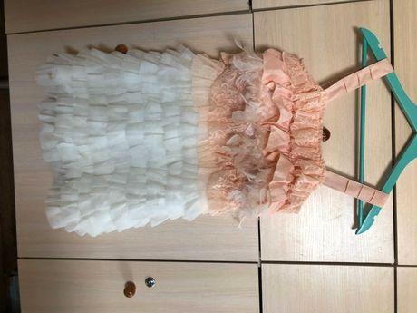 """Брендове плаття """"Miss Grant"""" з сіткою та воланами, прикрашене пір'ям"""