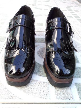 Sapatos pretos plataforma chuva
