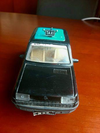 Antigo carrinho Renault 5 Táxi