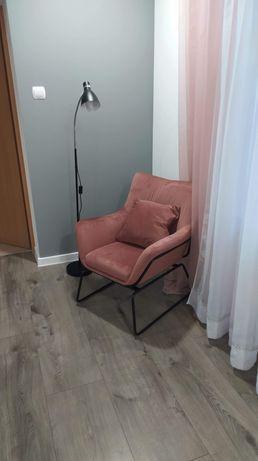 Fotel welurowy pudrowy róż