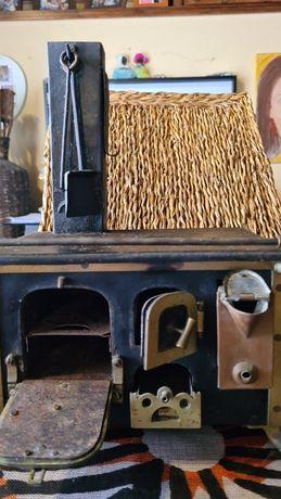 Fogao a lenha antigo em ferro, de brincar. de colecção