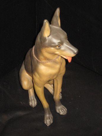 cão , pastor alemão em faiança marcada F. Frazão ,antigo