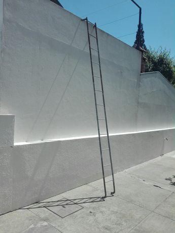 Escada de ferro dá para fixação na parede