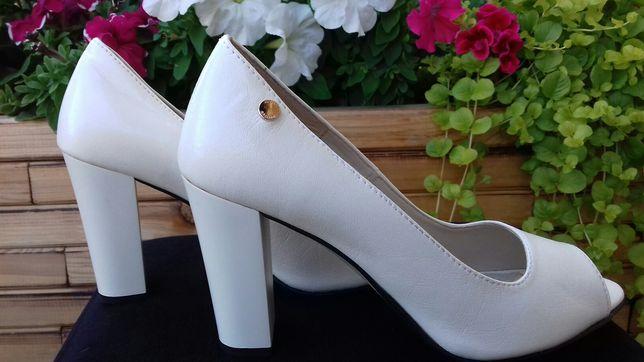 Włoskie buty ze skóry na słupku rozm.37