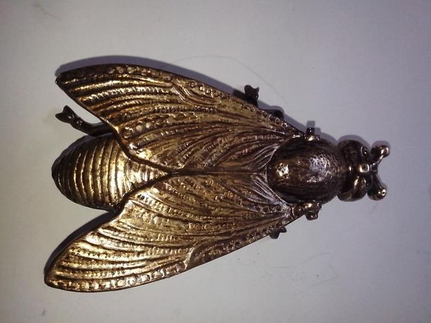 cinzeiro em metal feitio de mosca